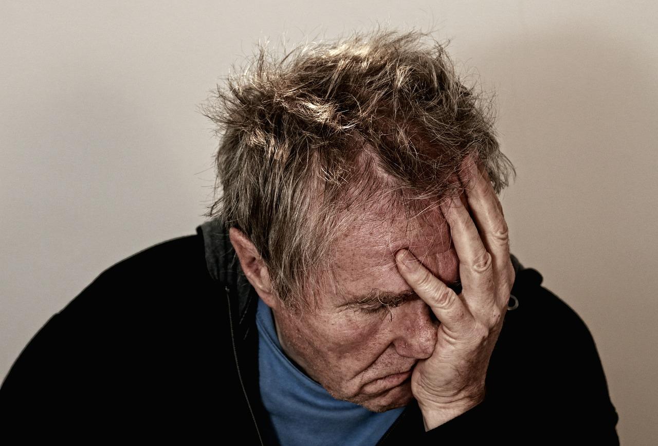 """¿Enantyum: què és i per a què serveix aquest fàrmac tan popular? Descobreix les indicacions principals de l'analgèsic de moda i les seves diferències amb l'ibuprofèn. ¿Què és L'Enantyum25 mg? L'Enantyumés un fàrmac comercialitzat per al tractament analgèsic, és a dir, per alleujar símptomes dolorosos. Pertany la família dels antiinflamatoris no esteroidals (Aines) i té com a principi actiu el """"dexketoprofèn"""". Aquest principi actiu actua com a antiinflamatori gràcies a la inhibició de la síntesi de prostaglandines, substància composta de lípids i mediadora cel·lular que intervé en diversos sistemes de l'organisme i regula la pressió sanguínia, la coagulació i la resposta inflamatòria, entre d'altres. Actua com a reductor del dolor, ja sigui musculoesquelètic, per menstruacions difícils, en períodes postoperatoris, en còlics renals o en moderats dolors lumbars. Per això el seu ús s'ha estès en un ampli espectre de persones. ¿Per a què serveix? L'ús de l'Enantyum25 mg està indicat, tal com s'ha comentat anteriorment, per remeiar els dolors lleus, moderats o greus gràcies a la seva acció antiinflamatòria i analgèsica. La característica principal de l'Enantyumés que aquest fàrmac té una sèrie d'indicacions molt específiques, a diferència d'altres antiinflamatoris més genèrics. En concret, aquest medicament serveix per alleujar els símptomes de dolor associats a cops o traumatismes musculoesquelètics, dolor intens de menstruació (dismenorrea), lumbàlgia, mal de queixal i dolors postoperatoris de zona abdominal. No ésconsideracom a primera línia de tractament per mals de cap."""