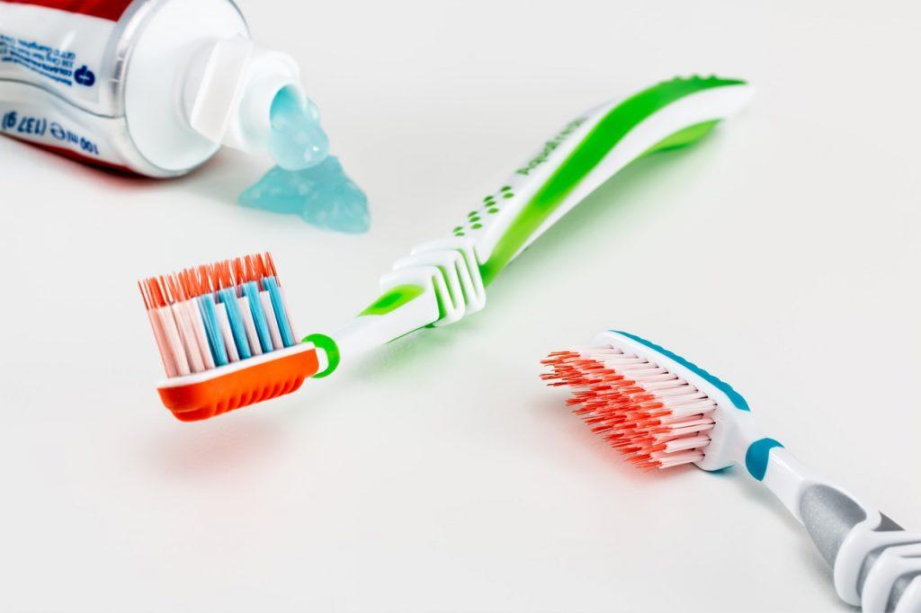 Cepillo de dientes, cepillos de dientes eléctricos, cepillos de dientes para bebés o para niños y dentífricos ecológicos, junto a enjuagues bucales en nuestra sección de salud dental. La salud bucodental, fundamental para gozar de una buena salud y una buena calidad de vida, se puede definir como la ausencia de dolor orofacial, cáncer de boca o de garganta, infecciones y llagas bucales, enfermedades periodontales (de las encías), caries, pérdida de dientes y otras enfermedades y trastornos que limitan en la persona afectada la capacidad de morder, masticar, sonreír y hablar, al tiempo que repercuten en su bienestar psicosocial.