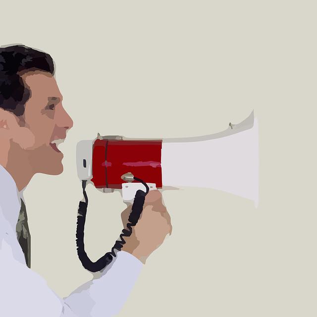 ¿Te pasas todo el día hablando y acabas quedándote sin voz? Profesores, teleoperadores, cantantes, presentadores… todos los que utilizan su voz como instrumento de trabajo son más propensos a sufrir afonía, ronquera y/o fatiga en las cuerdas vocales. ¿Por qué se producen la afonía y la ronquera? La voz es el sonido que se produce cuando el aire pasa desde los pulmones a través de la laringe o caja de la voz. Cuando forzamos la voz bien porque pasamos muchas horas hablando o porque gritamos, sobre todo los niños, las cuerdas vocales pueden resentirse. Esto quiere decir que alguno o varios de los sistemas implicados en el proceso fonador –laringe (sistema vibrador); faringe, boca, dientes, fosas nasales y senos paranasales (sistema resonador) y el oído (sistema auditivo)- ha sufrido una lesión dando lugar a lo que se conoce como disfonía o alteración de la voz. Dentro de estas alteraciones podemos hablar de afonía, cuando apenas podemos hablar o hemos perdido la voz por completo, y de ronquera, cuando nuestra voz aparece soplada, chillona o tensa con cambios de volumen. ¿Podemos prevenir la afonía y la ronquera? Gritar, cambios bruscos de temperatura, el tabaco, los resfriados y catarros, así como el estrés o el sobreesfuerzo son algunas de las causas más comunes para que aparezca la afonía o la ronquera. También pueden deberse a infecciones respiratorias (faringitis o amigdalitis), alergias, etc. Otras causas de trastornos de la voz incluyen infecciones, movimiento ascendente de los ácidos gástricos hacia la garganta, crecimientos por un virus y enfermedades que paralizan las cuerdas vocales. El tratamiento de los trastornos de la voz varía dependiendo de la causa. La mayoría de los problemas de la voz pueden tratarse con éxito si se diagnostican adecuadamente. No podemos controlar todas las circunstancias, pero sí seguir algunas recomendaciones: No gritar de forma habitual, controlar el volumen de la voz, evitar hablar mucho tiempo en ambientes ruidosos. No fumar. E