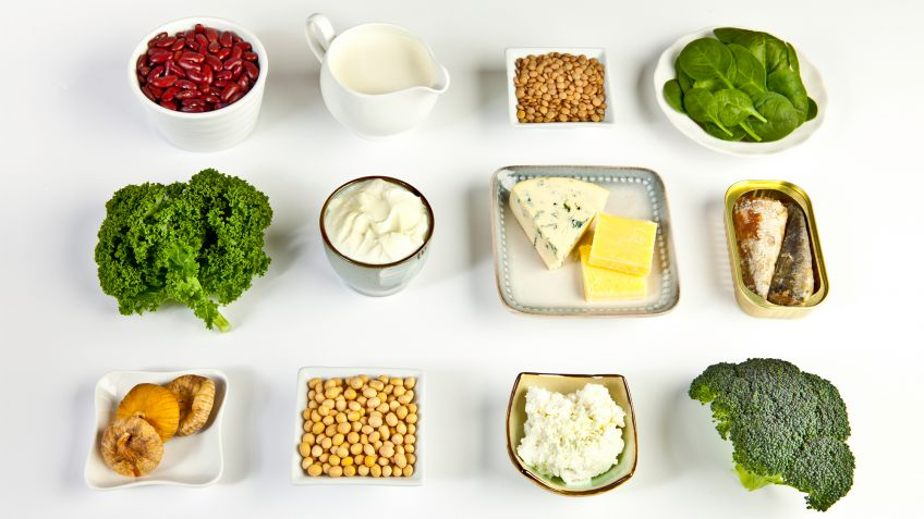 A partir de los 50 años, llevar una alimentación adecuada es clave para que nuestro organismo funcione correctamente, goce de un buen estado de salud y podamos disfrutar de una mayor calidad de vida cuando nos llegue la jubilación. Y es que una dieta sana y equilibrada es determinante para un envejecimiento saludable y para ayudar a prevenir y a retrasar el desarrollo de ciertas enfermedades que pueden llegar a ser crónicas. Pero también, los hábitos de vida saludables y los complementos alimenticios son una excelente opción para proporcionar a nuestro cuerpo lo que necesita. Y es que, aunque llevemos una alimentación sana, puede que tengamos algunas carencias de determinadas vitaminas y nutrientes. De hecho, la mayor parte de las personas mayores presentan dificultades para cubrir diariamente los niveles de minerales, vitaminas y nutrientes necesarios. Por eso, es fundamental que su dieta sea complementada con suplementos alimenticios para ancianos como los que te mostramos a continuación.