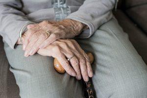 La presentación de una enfermedad en un anciano no es la típica. Eso hace que nos retrasemos en el diagnóstico porque es muy silente esta enfermedad y debuta en un estadio muy avanzado