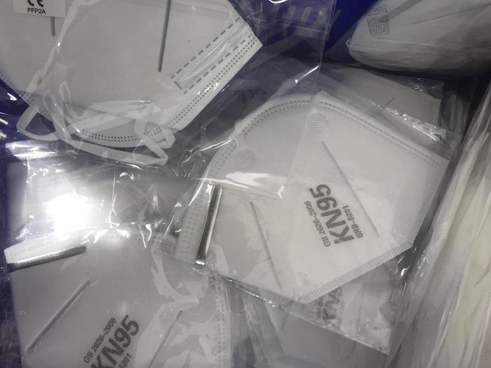Mascaretes KN95 les mascaretes autofiltrantshan estat dissenyades per a retenir de forma eficaç partícules de pols en suspensió, boires i virus. Són molt lleugeres, còmodes i ofereixen una resistència molt baixa a la respiració.