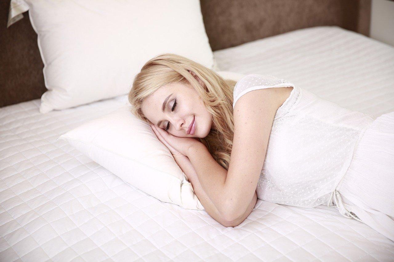 La melatonina es sintetizada a partir de triptófano, aminoácido esencial que libera una hormona que es serotonina, un neurotransmisor encargado de traspasar los impulsos que regulan el sueño y las emociones. La serotonina, por su parte, se transforma en melatonina durante la noche. Melatonina funciona porque regula el ritmo circadiano que controla las funciones biológicas durante 24 horas. Seguro que sirve a más personas.
