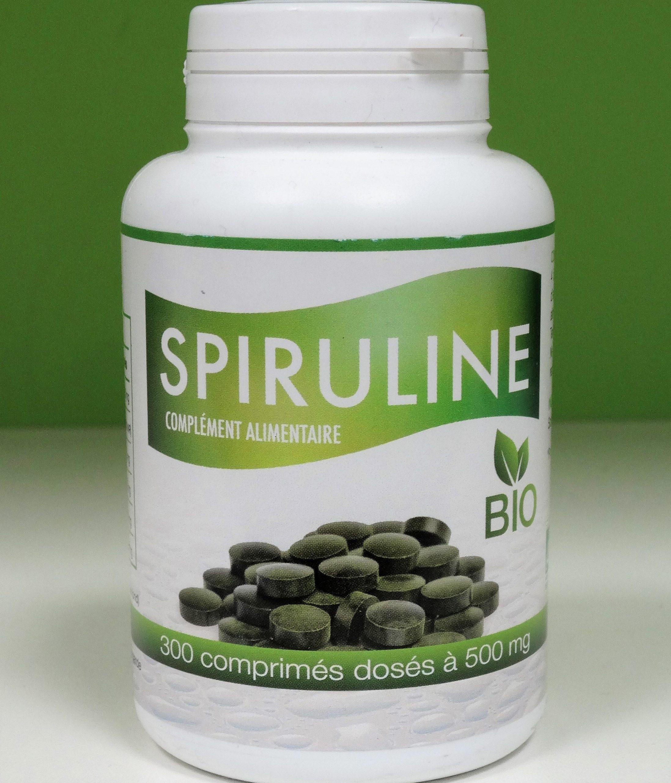 La espirulina es un superalimento cargado de vitaminas A, E, B1, B2, B3, B6, B12, proteínas, minerales, ácidos grasos esenciales, ácidos nucleicos y clorofila