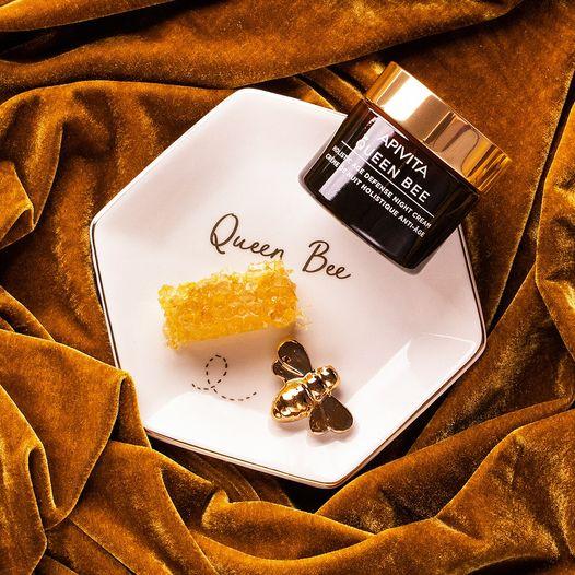 APIVITA Queen Bee Holistic Age Defense Night Cream es una lujosa crema de noche basada en la naturaleza que ayuda a combatir los principales signos del envejecimiento.