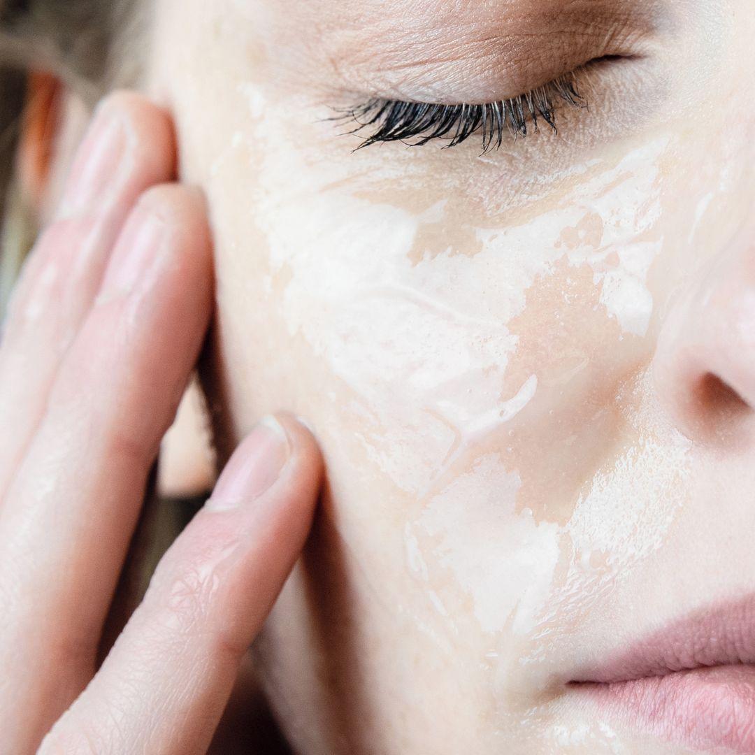 Mascarilla de Agua de Noche Agua Termal de Uriage, el Ácido Hialurónico y el extracto de Edelweiss, este cuidado de noche aporta a tu piel un verdadero baño de hidratación, para despertar con un rostro descansado y fresco